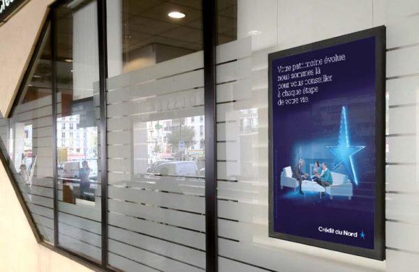 Porte-affiches vitrine led Credit du Nord
