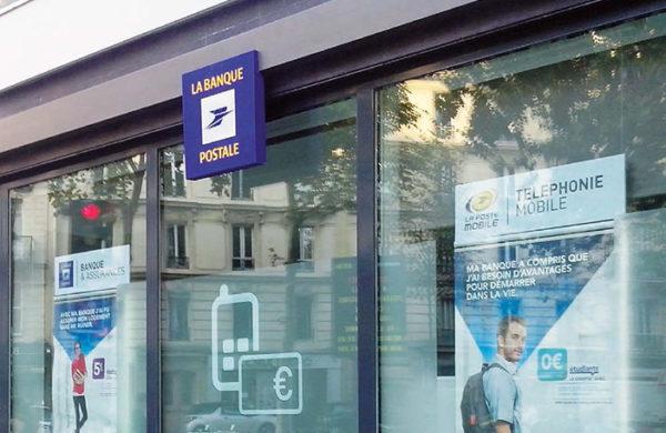 Porte affiches led en vitrine la Banque Postale